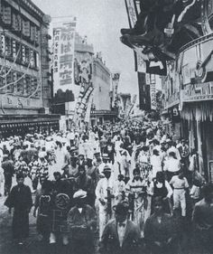 Crowed Asakusa 浅草 - Japan - 1932 Source Twitter @oldpicture1900
