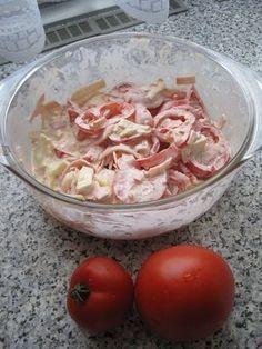 Omytá rajčata pokrájíme na plátky a vložíme do mísy. Na nudličky pokrájíme šunku, hermelín a přidáme k rajčatům. V misce smícháme majolku,... Lchf, Bon Appetit, Oreo, Ham, Potato Salad, Cabbage, Oatmeal, Food And Drink, Low Carb