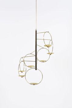 Piasa Timo Sarpaneva (1926-2006)  Chandelier  Laiton doré  Date de création : vers 1960  H 57 × Ø 35 cm + 5 tiges 43 cm chaque