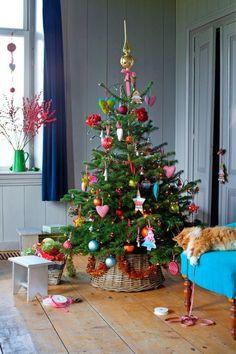 Des boules de Noël et des objets déco colorés pour personnaliser le sapin de Noël traditionnel