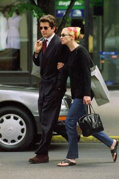 Carolyn Bessette Kennedy can even make a kerchief look chic. John Kennedy Jr, Carolyn Bessette Kennedy, Estilo Jackie Kennedy, Les Kennedy, Jfk Jr, Caroline Kennedy, Jacqueline Kennedy Onassis, Grunge Look, 90s Grunge