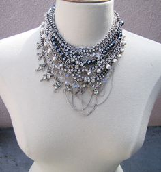 Gorgeous DIY necklace/collar, made by layering random vintage necklaces. Love it !