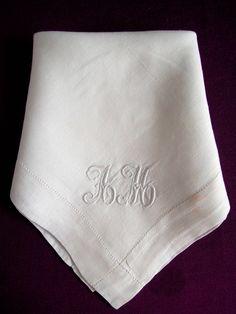 Pañuelo antiguo con bordado de iniciales AM / Old handkerchief with embroidered initials AM