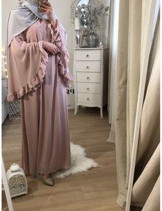 Kimono nude and gold Modest Fashion Hijab, Stylish Hijab, Modern Hijab Fashion, Street Hijab Fashion, Hijab Fashion Inspiration, Mode Inspiration, Modest Outfits, Fashion Dresses, Indian Fashion Salwar