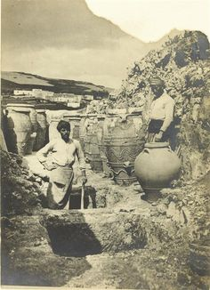 Anonyme The excavations of Sir Arthur Evans at Knossos revealed a remarkable set of large Minoan storage jars, or «pithoi Mycenaean, Minoan, Old Photos, Vintage Photos, Greek History, Grand Palais, Archaeological Site, Crete, Paris