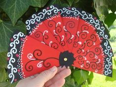 Gifts for coffee lovers [creative and inexpensive] New Year's Crafts, Diy And Crafts, Paper Crafts, Chinese New Year Crafts For Kids, Diy For Kids, Kids Fans, Book Sculpture, Recycled Art, Hand Fan