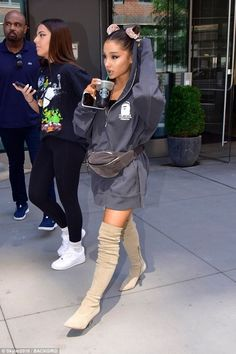 Ariana Grande rocks oversized hoodie and thigh high boots in NYC She's engaged to comedian Pete Davidson, after just weeks dating. And on Tuesday, Ariana Grande stepped out in New York City without her fiance to grab an iced coffee. Ariana Grande Fotos, Ariana Grande 2018, Ariana Grande Outfits, Ariana Grande Photoshoot, Look Festival, Elegantes Outfit, New York, Nyc, Fashion Mode