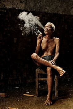 noon resting Photo and caption by nelly putnam in banten, indonesia Source by Beautiful World, Beautiful People, National Geographic Photography, Man Smoking, Smoking Room, Old Folks, People Of Interest, Photographs Of People, People Of The World