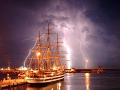 Nave scuola Amerigo Vespucci ormeggiata nel porto di Livorno durante un temporale. Di Francesco Pelagatti