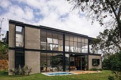 Llano Arquitectos make the most of a small plot with Candelaria House. The 187 sq. property is located in the municipality of La Estrella, Colombia. Industrial House, Mid Century House, Glass House, Inspired Homes, Modern House Design, Halle, Ibiza, Exterior Design, My House