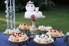 Torta nuziale con cupcakes a tema 'La Bella & la Bestia'. Come cake stand un vecchio lampadario