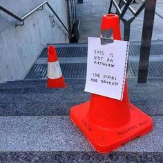 Esto no es una obra de arte. Las escaleras están rotas.