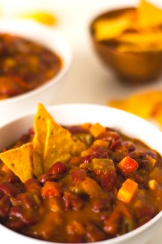 Red Beans Vegan Chili Serves 4 14 ounces or 400 grams of dried red beans or 2 ounces or 400 grams) cans of cooked beans, drained and rinsed 2 tablespoons extra virgin olive oil 4 cloves of garlic 1 onion ounces or 100 grams of green. Vegan Soups, Vegetarian Recipes, Healthy Recipes, Whole Food Recipes, Cooking Recipes, Vegan Blogs, Vegan Dinners, Fast Dinners, Quick Meals