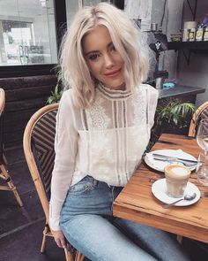 "14.2 k mentions J'aime, 68 commentaires - Laura Jade Stone (@laurajadestone) sur Instagram : ""It's time for ☕️ Wearing @theiconicau """