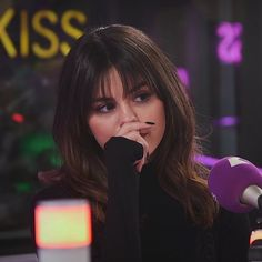 December Selena at Kiss FM Studios in London, England. Selena Gomez Fotos, Selena Gomez Style, Medium Hair Styles, Short Hair Styles, Soft Grunge Hair, Divas, Marie Gomez, Beauty Queens, Hairstyles With Bangs