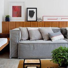 Quadros não precisam mais ser pendurados. Para deixar a decoração mais modernos, gostamos de apoiar quadros na parede, geralmente em cima de prateleiras, aparadores ou qualquer outra superfície que sirva de apoio. Confira essa nova tendência em um de nossos projetos. #projetosadalagomide