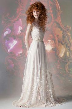 Свадебное или вечернее платье FLORA от www.bohemian-bride.com с открытой спинкой и изящным растительным узором по подолу и лифу, подойдет как для романтичных многолюдных свадеб на природе, так и для камерных мероприятий в городе, одинаково хорошо смотрится вблизи и на общих планах. Платье деликатно расшито жемчужинками, есть небольшой шлейф, нижнее платье жемчужно-нюдового оттенка. Бохо | Богемный | Винтажный | Кружево | Прическа невесты | Макияж | Образ | Рыжая | Фотограф