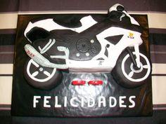 Torta de cumpleaños decorada con forma de una motocicleta