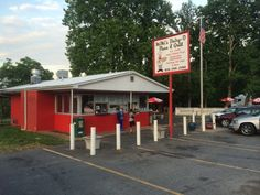 10 'Hole In The Wall' Restaurants In North Carolina That Will Blow Your Tastebuds Away Visit North Carolina, North Carolina Homes, South Carolina, Lake Lure North Carolina, North Carolina Mountains, Best Places To Eat, Oh The Places You'll Go, Vacation Trips, Day Trips