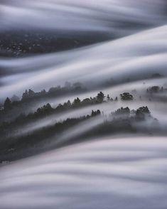 Californie photo de la pleine lune illuminant le brouillard en longue exposition…