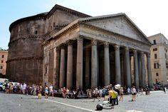 El Panteón de Agripa es un templo de planta circular, daba culto a distintas divinidades. Erigido por Adriano entre los años 118- 125 d.C.  Destaca por su grandiosidad, tiene un pórtico octástilo con frontón, imitando los griegos.