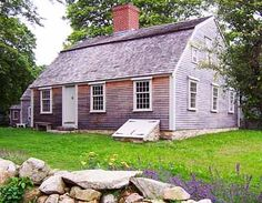 Sgt William Harlow House,Plymouth,Massachusetts, Built with wood from the Pilgrim's Fort on Burial Hill when it was taken down in New England Homes, New England Style, England Houses, Saltbox Houses, Old Houses, Gloucester House, Early American Homes, Colonial House Exteriors, Plymouth Massachusetts