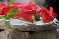 Owocowa Pavlova z wnętrzem z mascarpone (wersja na Walentynki 2015)