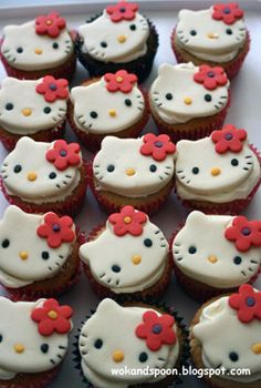 Free Hello Kitty party ideas including birthday invitations, food & drink ideas and styling and decoration tips Bolo Da Hello Kitty, Hello Kitty Cupcakes, Hello Kitty Birthday, Kitty Cake, Kitty Party Games, Cat Party, Fondant Cupcake Toppers, Cupcake Cakes, Hello Kitty Games