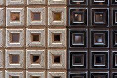 Uma das novidades apresentadas pela Mozaichello (www.mozaichello.com) na edição 2015 da Expo Revestir , em São Paulo, são os mosaicos produzidos manualmente, com espelho. O evento, que reúne um grande número de lançamentos da indústria de acabamentos, fica em cartaz até 6 de março