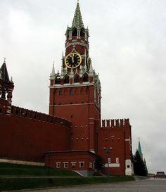 La Torre Spasskaya es la torre principal con un pasaje atravesado en la pared oriental del Kremlin de Moscú , con vistas a la Plaza Roja. La Torre Spasskaya fue construido en 1491 por un arquitecto italiano Pietro Antonio Solari . De acuerdo con una serie de relatos históricos, el reloj de la Torre Spasskaya apareció entre 1491 y 1585. Por lo general se conoce como el reloj del Kremlin