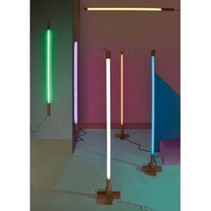Applique / Lampe néon LINEA – jaune – H140 cm – Seletti La lampe néon Linea de la marque Seletti est un luminaire design multifonction. Grâce à ses différents points d'accroche, vous pourrez au choix la suspendre au plafond, ou l'accrocher directement au mur. En vous procurant son accessoire, une base en bois, vous transformerez la lampe néon Linea en lampadaire.