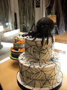 Easy Halloween Cake Decorating Ideas For Spooky Cake Design , Halloween Torte, Pasteles Halloween, Bolo Halloween, Dessert Halloween, Halloween Food For Party, Halloween Treats, Halloween Pumpkins, Easy Halloween, Halloween Spider