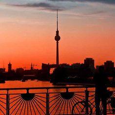Sunset made in Berlin  #vinoakvo #berlin #berlinsunset #berlininstagram #berlinpics #sunset #sonnenuntergang #berlingram #photography #humberlin #wein #weinzuwasser #wasserspenden