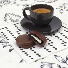 Nada mejor que un cafe con las deliciosas galletas by Lev doble chocolate 🍪para empezar bien este martes. ¡Están demasiado ricas para comerse solo una! Corre a tu centro a por ellas