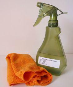 Limpiador de polvo para muebles hecho en casa.    Ingredientes:  - 2 cucharaditas de aceite de oliva - 1/2 cucharadita de aceite esencial de limón - 1/4 taza de vinagre blanco - 1-3/4 tazas de agua - Botella de spray (16 oz tamaño o más grande)  Instrucciones:  Mezclar los ingredientes en el orden indicado en la botella para rociar. Se agita bien para mezclar. Rocíe los muebles de madera y limpie con un paño suave para quitar el polvo y limpiar la superficie. ¡Disfruta del brillo natural!