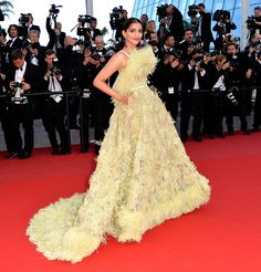 Sonam Kapoor wears ELIE SAAB Haute Couture Spring Summer 2015 to the Premiere of 'Inside Out' during the annual Cannes Film Festival. Sonam Kapoor, Deepika Padukone, Celebrity Gowns, Celebrity Red Carpet, Bollywood Celebrities, Bollywood Fashion, Cannes Film Festival 2015, Cannes 2015, Elie Saab Haute Couture