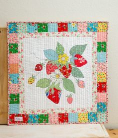 Strawberry Mini Quilt (patronen) Small Quilts, Mini Quilts, Baby Quilts, Mini Quilt Patterns, Mug Rug Patterns, Small Sewing Projects, Sewing Crafts, Diy Crafts, Nancy Zieman