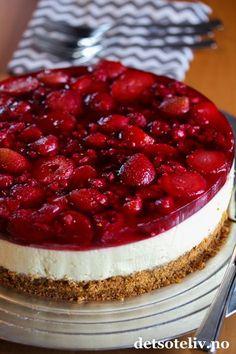 Har du forsøkt å dekke en klassisk ostekake med rød geleog masse jordbær og bringebær? Nydelig!  Det fantastiske med denne kaken er dessuten at den helst skal lages med frosne bær, så dette er en kake som er like fin å lage hele året.