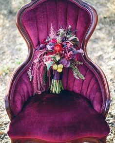 We just can't get over the colors in this moody forest #wedding inspiration today! Luuurve. (link in profile) Florist: @collectedwithlove | Rentals/Vintage Furniture: @partypiecesbyperry | Planner and photographer: @jessie.schultz #bouquet