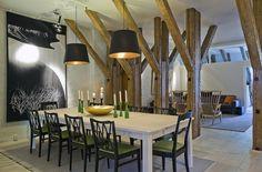 Cet appartement mélange à la perfection le design contemporain et les éléments plus rustiques comme ces belles poutres en pin massif