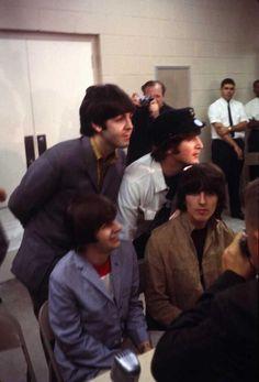 The Beatles featuring Paul McCartney George Harrison John Lennon and Ringo Starr Beatles Love, Les Beatles, Beatles Photos, Beatles Guitar, What Is My Life, Richard Starkey, Fandoms, British Invasion, The Fab Four