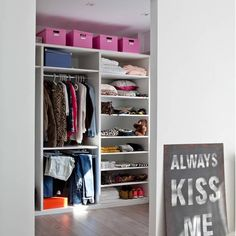 El piso perfecto con la consola rosa perfecta (al menos, para mí) · The perfect apartment with the perfect pink console (at least, it is for me) (VINTAGE & CHIC) Console Vintage, Madrid Apartment, Decoracion Vintage Chic, Tumblr Rooms, Damier, World Of Interiors, Wardrobe Design, Perfect Pink, Closet Storage