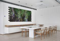 Uma construção antiga deu lugar a esta deslumbrante casa. Veja: http://www.casadevalentina.com.br/projetos/detalhes/ares-contemporaneos-659 #decor #decoracao #interior #design #casa #home #house #idea #ideia #detalhes #details #style #estilo #casadevalentina #diningroom #saladejantar