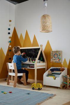 Voici un #bureau qui ne manque pas de #créativité ! On adore sa forme #maison très #tendance ! Il est composé d'un côté #bureau avec niche de #rangement et d'un côté #tableau #noir avec une autre niche. Hauteur totale : 100 cm. Longueur : 80 cm. Profondeur : 50 cm. Hauteur bureau : 55 cm. Hauteur sous plan de travail : 42 cm. #DecoChambreEnfant #ChambreEnfant #Enfant #DecoKids #lamaisonvertbaudet #kidsdeco #interiorkids #kidsbedroom #kidsdesign Boy Toddler Bedroom, Boys Bedroom Decor, Childrens Room Decor, Playroom Decor, Baby Bedroom, Baby Boy Rooms, Baby Room Decor, Nursery Room, Kids Play Spaces