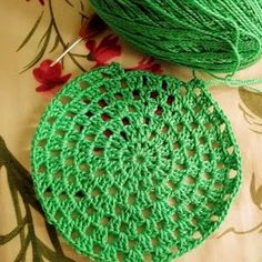 Tecendo Artes em Crochet: Sousplat Verde com Receitinha e Gráfico! Crochet Placemat Patterns, Crochet Stitches Patterns, Weaving Patterns, Baby Knitting Patterns, Diy Crochet, Crochet Doilies, Crochet Hats, Crochet Jar Covers, Crochet Circles