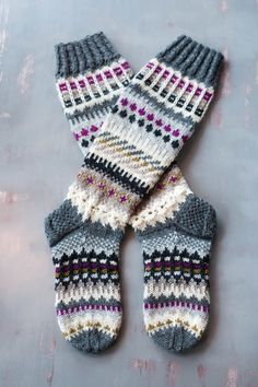 mönsterstickade sockor Knitting Help, Knitting Socks, Hand Knitting, Knitting Patterns, Crochet Cross, Knit Crochet, Diy Crafts Knitting, Cross Stitch Pattern Maker, Comfy Socks