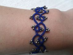 Bracelet gothique en dentelle bleu avec perles gris,bracelet dentelle frivolite, tatted , bracelet dentelle tatted : Bracelet par carmentatting