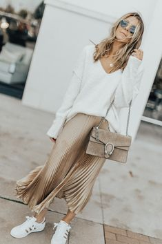 Metallic Pleated Skirt outfits style summer teenage frauen sommer for teens outfits Winter Skirt Outfit, Casual Skirt Outfits, Mode Outfits, Girly Outfits, Metallic Pleated Skirt, Pleated Midi Skirt, Metallic Skirt Outfit, Look Fashion, Skirt Fashion