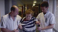Comdian vindt werk - Wouter Deprez wordt bejaardenverzorger, drie dagen lang gaat hij aan de slag in woon- en zorgcentrum Veilige Have te Aalter, waar ook een afdeling voor zwaar dementerende mensen is. Wouter helpt er mee bij de dagelijkse verzorging van de bewoners en laat zich gewillig opleiden door de onvergelijkbare Nancy, die er de steun en toeverlaat van iedereen is. Een hartverwarmende aflevering van 25 min. Geen meligheid maar de essentie van het beroep: mensen zorgen voor mensen.