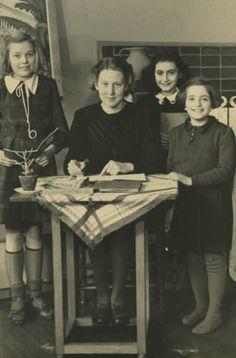 Anne Frank met haar juf en twee klasgenootjes op de 6de Montessorischool in Amsterdam